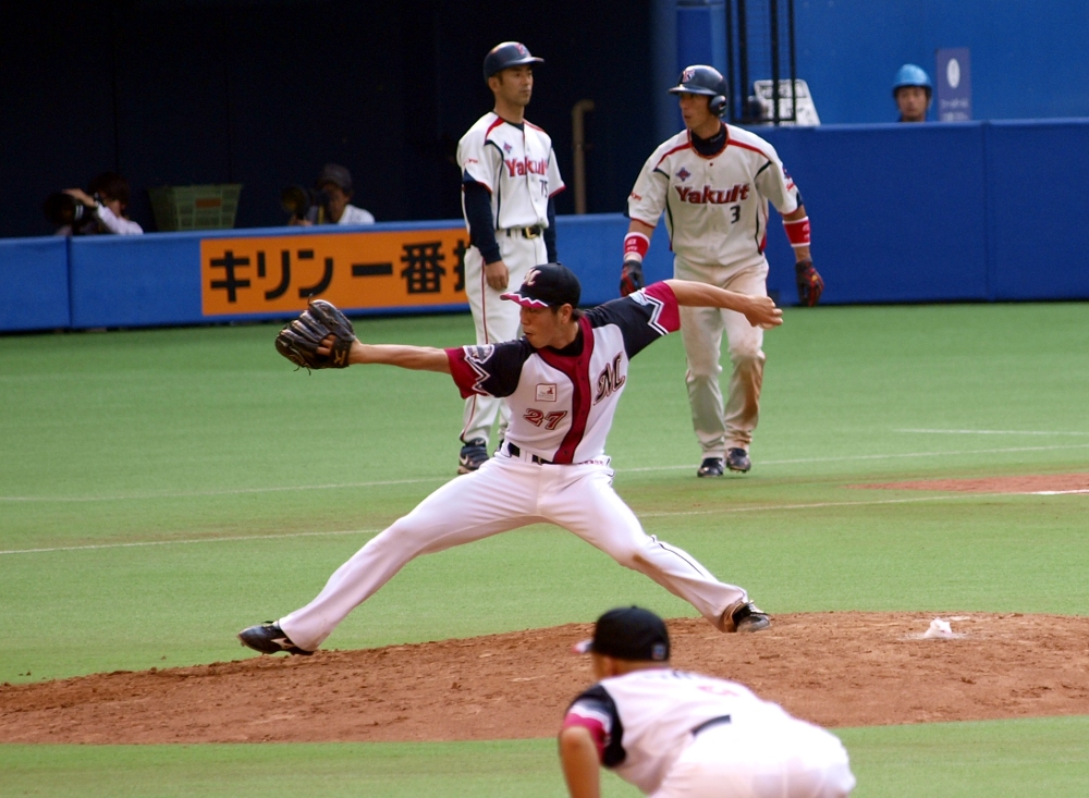 Furuya pitches with the bases loaded in the 8th