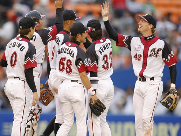 Lotte players celebrate the 6-4 victory (from marines.co.jp)