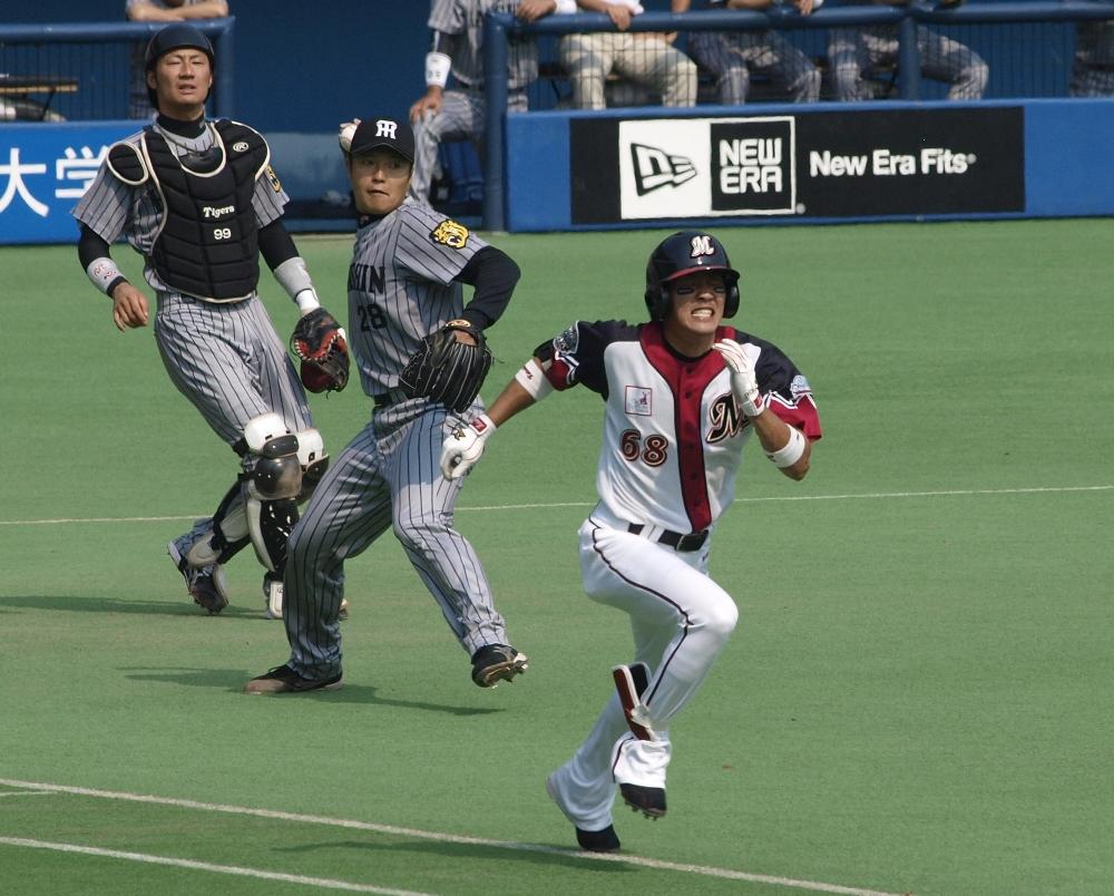 Hayasaka beats out Fukuhara's wild throw to first