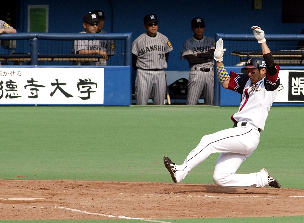 Ohmatsu beats the throw home to give Lotte a 6-0 lead