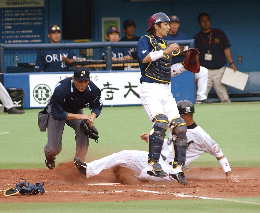 Hashimoto slides in before the throw makes it home - SAFE!