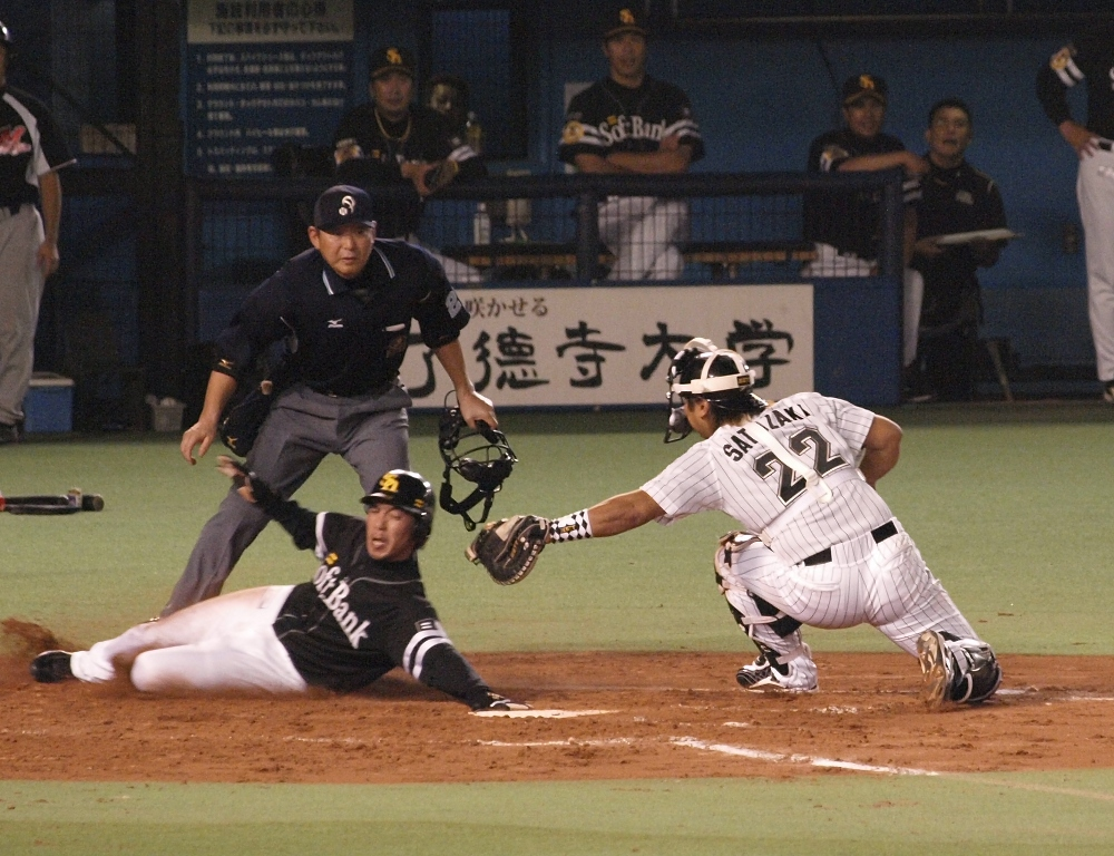 Morimoto gets his hand on the plate, but it's too late - Sato tagged him