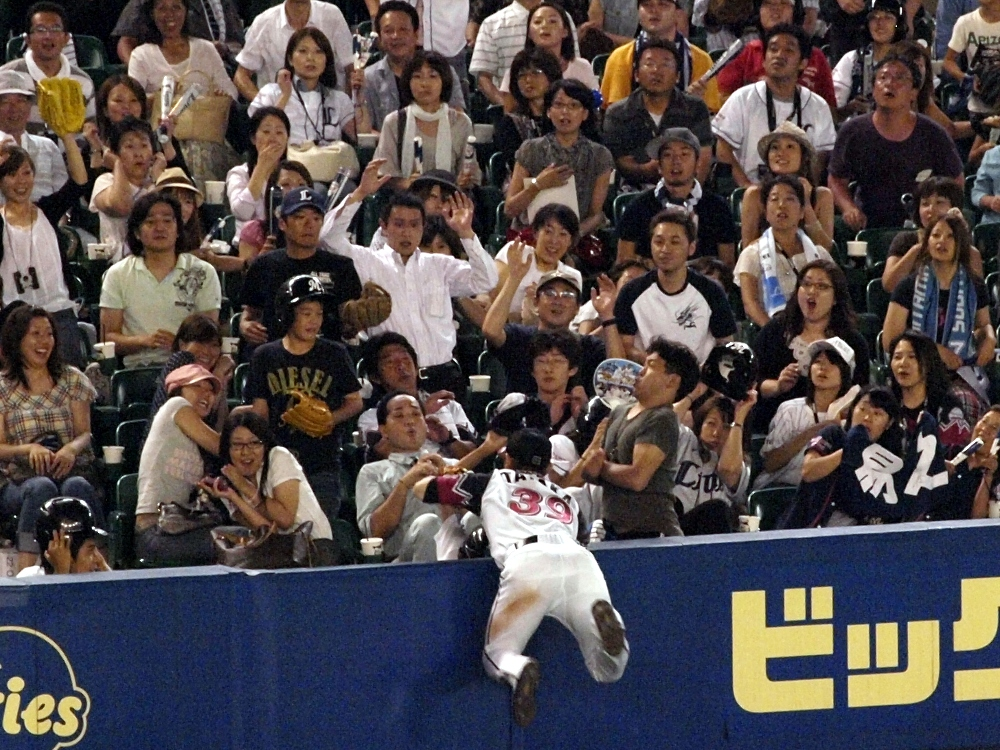 Tanaka makes a great attempt at a catch in extra innings but can't haul it in