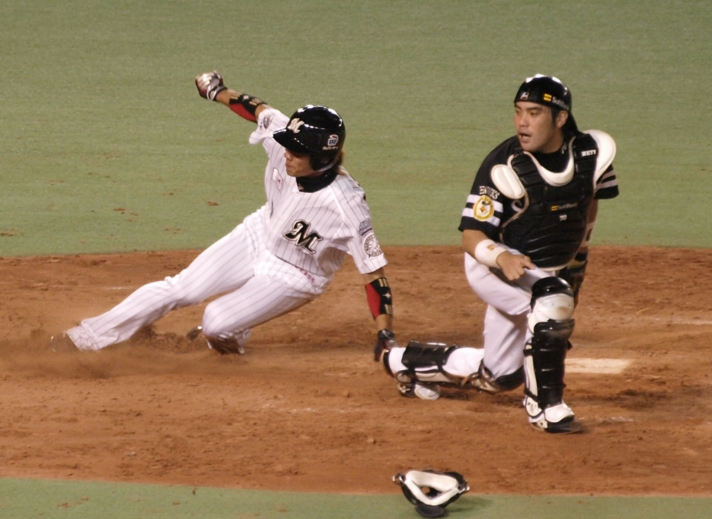 Tsuyoshi scores on Hayasaka's 4th inning single