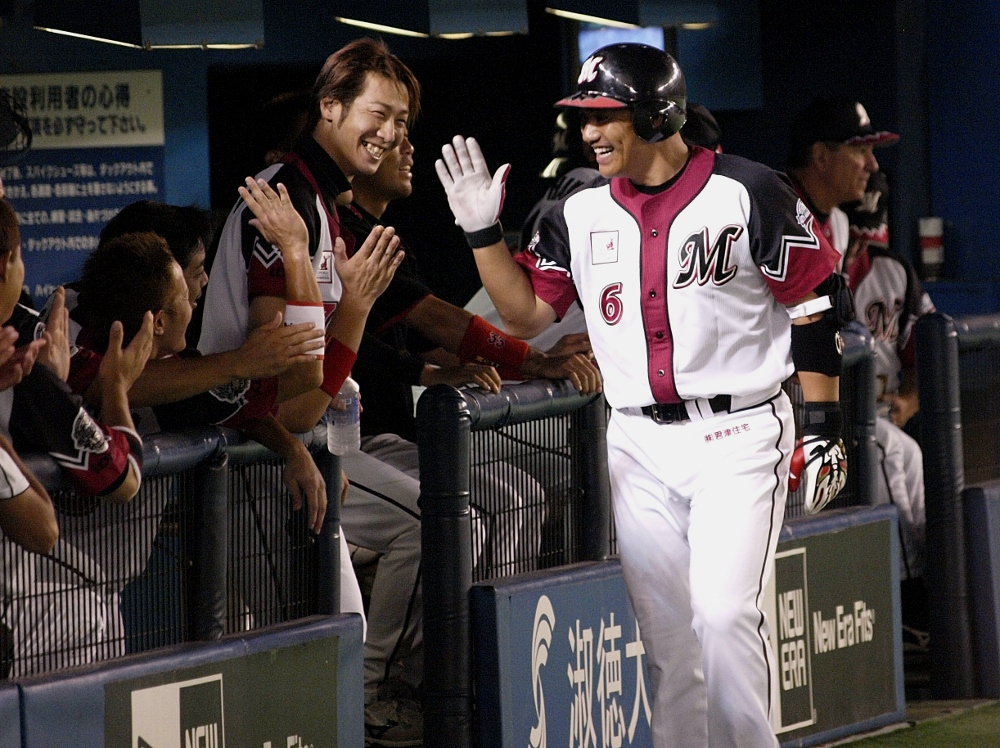 Iguchi celebrates the 5th HR of his recent renaissance