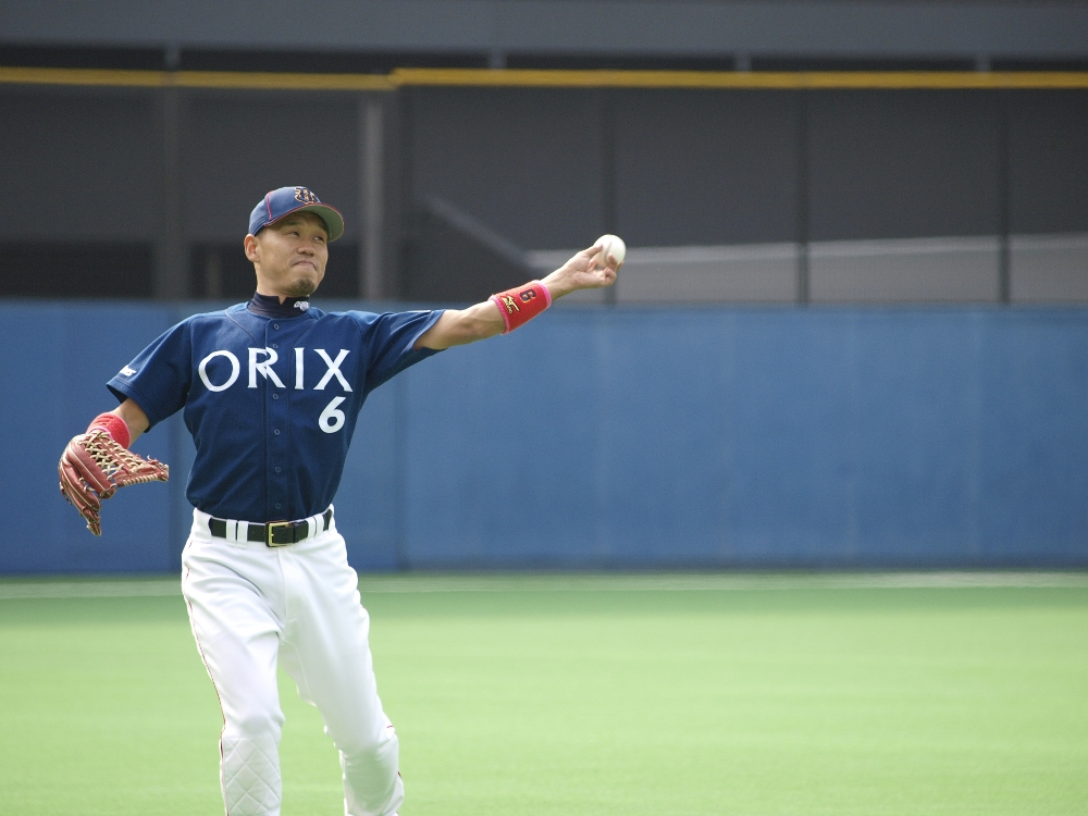 Orix outfielder Omura warms up before the inning