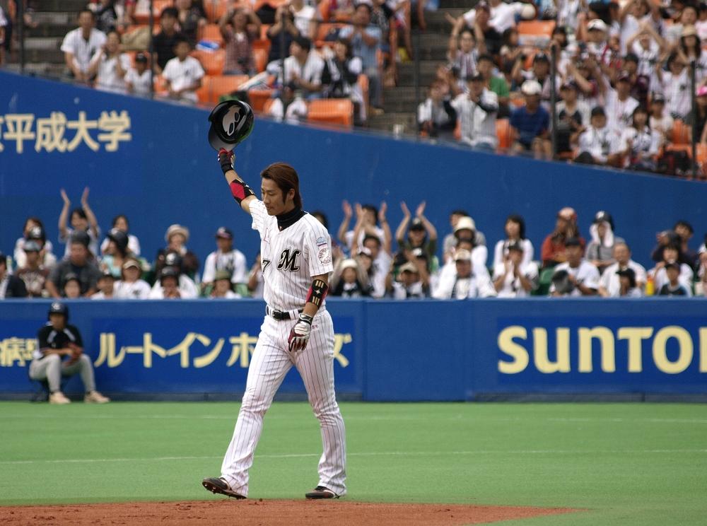 Tsuyoshi raises his hat in thanks