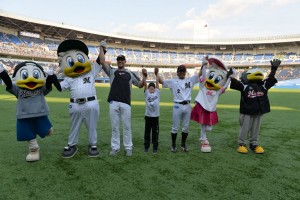 Saturday's heroes Standridge and Nemoto celebrate with young Standridge and the Lotte mascot family.   photo form marines.co.jp